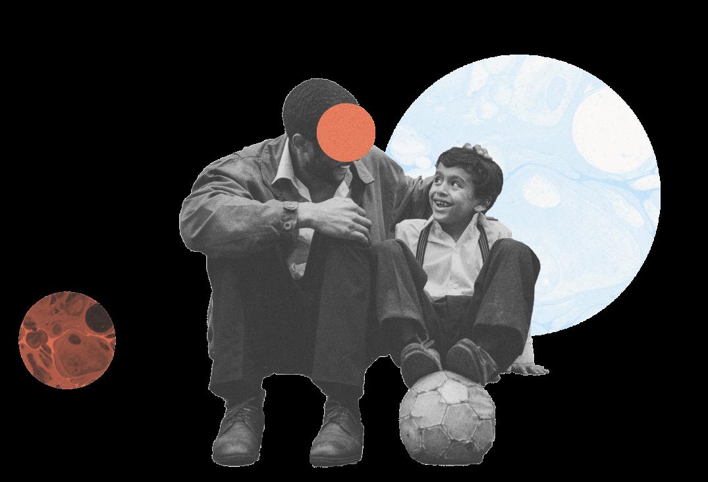Man en een jongen met beide voeten op een voetbal
