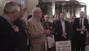 Chris Oomen tijdens demonstratie in Eerste Kamer