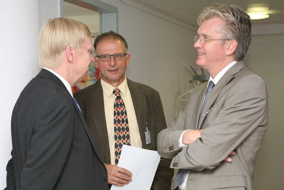 André ten Dam (rechts) in gesprek met Thomas Mayer (links) (Deutsche Bank) en Ulrich Brasche (midden) (hoogleraar economie en Europese Integratie aan de Fachhochschule Brandenburg, Berlijn) tijdens het  'BVMW Euro-crisis Congres' in Berlijn (Juli, 2012)