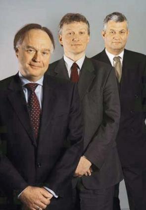 Een jonge Gerard van Olphen (midden) in het jaarverslag van SNS Reaal over 2000.