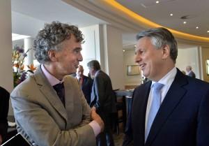 Mark van Baal (l.) praat na met Shell-bestuursvoorzitter Ben van Beurden. 'Die weet ook wel dat het niet door kan gaan.'